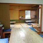 左可井 - 一枚板のテーブル席とお座敷