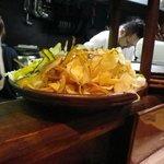地魚の店 うしお - カウンター席から見える野菜チップス。頼みたかった・・・。