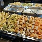 武蔵野うどん竹國 - 食べ放題(200円)の天ぷらが並びます