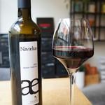 トレ - ワインはスペイン、ナバーラのボデガ ナバエルス」濃い赤のベリーが香る美味しいワインです