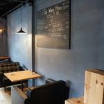 トレ - 2人掛けテーブルと壁のワインメニュー