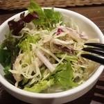 ビストロ  アン・ココット - ランチのサラダ シンプルなフレンチドレッシングが美味☆☆