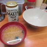 吉祥寺どんぶり - 味噌汁、右にあるのは取り分け用の器です。