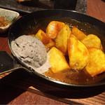 炉とマタギ - 大学芋と黒胡麻アイス