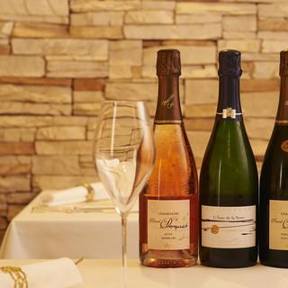 お料理に合わせてソムリエがワインを厳選します
