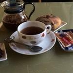 ドバイ - ドリンク写真:コーン茶を頼んだら、パンとデーツのおまけ♪