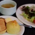 リラクゼーションカフェシャンドゥルール - ランチのパンとサラダ