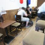 コウノトリ - 店内。 カウンター席と小さめのテーブル席が幾つかあります。