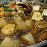 丸和前ラーメン - 大鍋で煮込まれている、おでん
