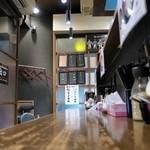 麺屋黒田 - こじんまりとした店内にL字型カウンターとテーブル席