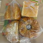 ルフラン - 料理写真:左上:ケシの実ブレッド、右上:食パン、左下:カンパーニュ、右下:チョコリング