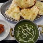 インド・ネパールレストラン ビハニ - ホウレンソウエビ、ガーリックチーズナン