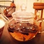ラ・ターブル・ドゥ・イズミ - 砂時計でお茶の出来上がりを計測。