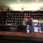 42888818 - カウンターの奥のコーヒーカップ