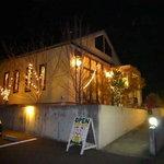 レストラン ママノエル - 夜の外観は幻想的!!