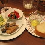恵比壽ビヤホール - タパス3品盛合せとチャージのフォカッチャ。