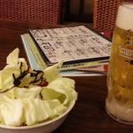 42892957 - 生ビールは一番搾り480円とお通し387円はむしりキャベツ