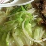 13湯麺 - 茹でキャベツ&モヤシ。