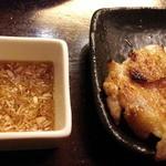 庭つ鶏 葉山 - 皮パリもも焼き小930円は特製酢醤油タレもさっぱりとした中華風