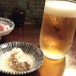庭つ鶏 葉山 - 生ビールはアサヒプレミアム570円 お通しは冷製つくね