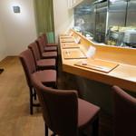吉い - カウンター7席の清潔感のある空間