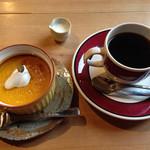 三股山荘 - 季節のケーキは南瓜のプリンで。コーヒーだとセットで割引で420→300円に。