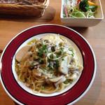 三股山荘 - 白蕪ときのこ、鶏挽肉のクリームソーススパゲティ。サラダ付き。