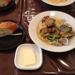 ヴィサージュ - 水菜とアサリのパスタとバゲット