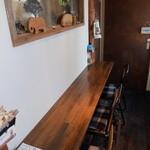 モンマスティー 静岡店 - 店内の壁カウンター席