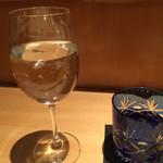 凛 - チェイサーのお水も、ワイングラスで提供