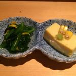 凛 - お通しは、ほうれん草のおひたしと、トウモロコシの豆腐
