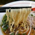 粉哲 - 醤油らーめん 麺リフト