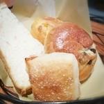 42905608 - 食べ放題のパン。