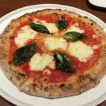 バルバ ピッツア - マルゲリータ 皮は薄めな割にすごくモチモチしていて女性でも食べやすい感じのピッツァでした! またマルゲリータ定番のトマトとチーズとバジルの相性はバッチリで本当にオススメです☆