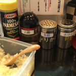 つけ麺や 一歩 - つけ麺や一歩(福岡県飯塚市東徳前)調味料〜刻み玉ネギが特徴