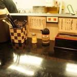 つけ麺や 一歩 - つけ麺や一歩(福岡県飯塚市東徳前)店内カウンター