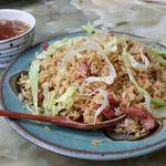 玉蘭 - 腸詰火山チャーハン 700円。腸詰の独特の風味とレタスの食感、そして、辛味が三位一体となって美味しさを醸し出しています。