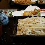 42910664 - おしぼり天ぷらうどん 1500円。おしぼりとは大根のおろし汁のこと。まずはその汁だけで食す。次にお味噌で食し、おしぼり汁にうどんつゆを加えて食す。一品で三度味わえます。