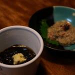 たくみ割烹店 - お通しのもずく酢と蟹味噌