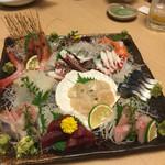 寿司和 - お刺身盛り合わせ 大 左上から 甘エビ  ゲソ サーモン タコ 真イカ 鰯 ホタテ しめ鯖 マグロ かんぱち