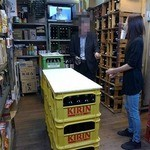 丸辰有澤商店 - 倉庫の中にP箱が積まれて、角打が開店