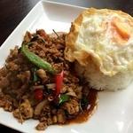 オトナリオ - ガパオガイラートカオ(鶏挽肉と目玉焼きご飯)