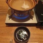 つる瑠 - 鍋に入っているのはアラの骨