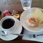 42920605 - コーヒーとシフォンケーキ