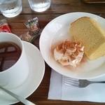 42920607 - 紅茶とシフォンケーキ