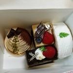 42920648 - 可愛らしさと上品さを併せ持つケーキ達。