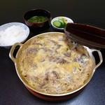 犀与亭 - 牛肉煮込み鍋(中なべ1650円)、ご飯(香物付300円)、味噌汁(150円)