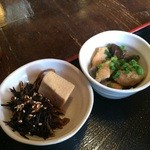 炭火焼鳥 とさか - 小鉢が2品、ひじきと高野豆腐、鶏の身と、ズリ、つくねの煮物