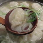 飯処 とみむら - 炊きワンタン(2人前)。ワンタンというか餃子でしょ!の見かけです。                             と言いたいところですが、皮の食感は滑らかなワンタンを想像させます。                             スープも分かりやすい濃厚鶏味で美味しい!