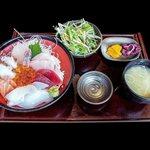 42926953 - 海鮮丼にサラダ・味噌汁・漬物が付く